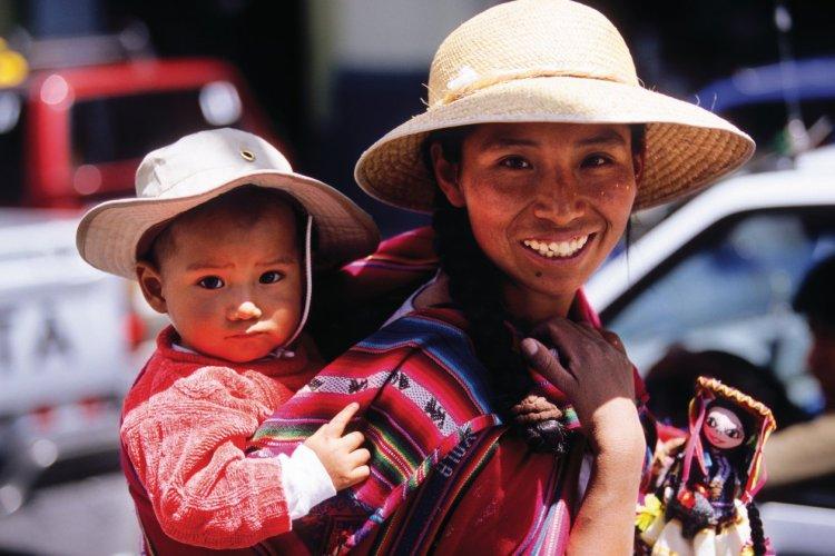 Péruvienne et son jeune garçon, rencontre dans les rues d'Arequipa. - © Author's Image