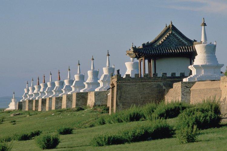 Monastère d'Erdene Züü, mur extérieur avec 108 stupas. - © Eric Martin - Iconotec