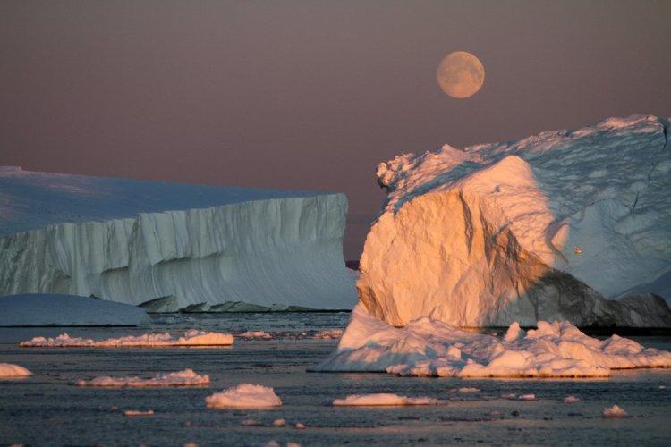 Croisière nocturne dans la Baie de Disko - © Stéphan SZEREMETA