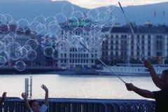 Jeu de bulles sur le quai Gustavel Ador. (© Séverine VULLIEZ)