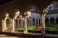 Cloître de la collégiale Saint-Pierre de La Romeu. (© Pecold - Fotolia)