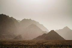 Vue depuis Chak-Chak sur les montagnes et le désert. (© Florian Lîbermann)