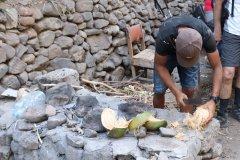 Découpe de noix de coco. (© Sarah DEHAUT)