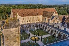 L'abbaye de Royaumont et son cloître cistercien, vus du ciel. (© AEROFILM, 2017)