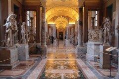 Galerie des candélabres au musée Pio-Clementino. (© Stéphan SZEREMETA)