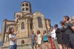 Visite de l'abbatiale Saint-Austremoine (© OTPI-Joel-Damase)