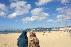 Jeunes filles sur la plage de la Corniche. (© Camille RENEVOT)