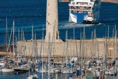 Le port de plaisance et le phare du Mole Saint Louis. (© Eric Teissedre)