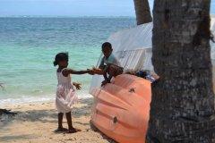 Enfants sur la plage de Mana Island. (© Camille RENEVOT)