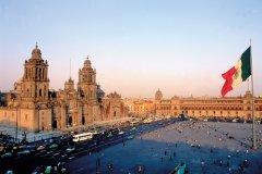 Plaza de la Constitución (El Zócalo) bordée par la cathédrale de Mexico. (© S.Nicolas - Iconotec)