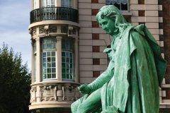 Un bronze de Bernardin de Saint-Pierre devant l'immeuble appelé