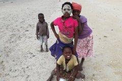 Enfants de Quirimba et masque Musiro. (© Elisa Vallon)