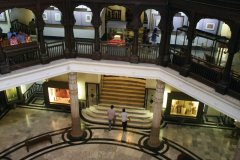Hall du Chhatrapati Shivaji Maharaj Vastu Sangrahalaya (anciennement musée Prince of Wales) sous le dôme. (© Stéphan SZEREMETA)