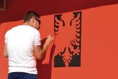 Peintre représentant les armoiries de l'Albanie. (© Céline CHAUDEAU)
