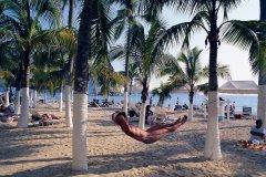 Détente sur une plage d'Acapulco. (© Author's Image)