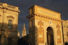 Le coucher de soleil révèle les ocres de l'arc de triomphe - Montpellier (© Stéphan SZEREMETA)