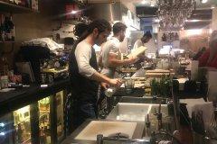 Cuisine ouverte Bar Fisk. (© Hélène DEGRYSE)