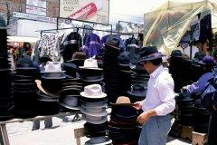 Des chapeaux pour tous les goûts sur le marché d'Otovalo. (© Author's Image)