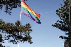 Un gigantesque Rainbow flag flotte au-dessus de Castro. (© Stéphan SZEREMETA)