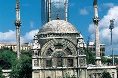 Mosquée de Ortaköy (Mecidiye) et tour de bureaux. (© Ali IZMIR - Iconotec)