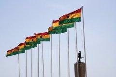 Drapeaux ghanéens flottant dans la ville d'Accra. (© Peeter VIISIMAA - iStockphoto)