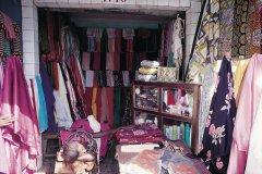 Échoppe de couturière au marché de Kaolack. (© Tom Pepeira - Iconotec)
