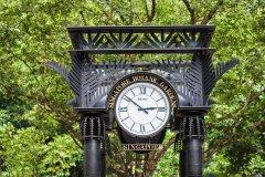 L'horloge marque l'entrée du pavillon des orchidées du Botanic Garden. (© Saiko3p - Shutterstock.com)