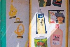 Publicités peintes dans un salon de coiffure de Shendi. (© Tom Pepeira - Iconotec)