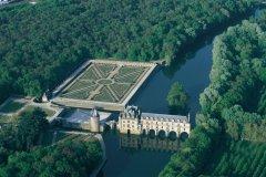 Vue aérienne du château de Chenonceau (© MARC JAUNEAUD - ICONOTEC)