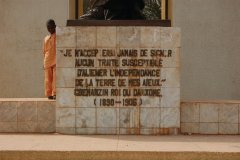 Citation gravée au pied de la statue du roi Béhanzin. (© C. THARREAU - Association 1,2,3 Déclics)