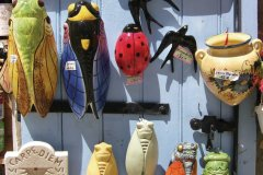 Souvenirs provençaux dans une boutique des Baux-de-Provence. (© Stéphan SZEREMETA)