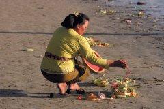 Femme déposant des offrandes lors de la cérémonie du Galungan. (© Eloïse BOLLACK)