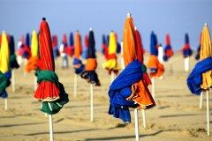 Parasols sur la plage de Deauville. (© PackShot - FOTOLIA)