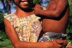 Les jeunes filles s'occupent souvent de leur petits frères ou soeurs. (© Philippe Gigliotti)