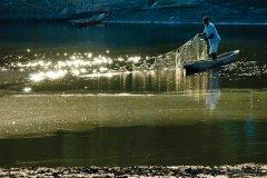 La pêche est le principal moyen de subsistance, avec la culture du sagoutier sur tout le Sepik. (© Philippe Gigliotti)
