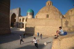 Des adolescents jouent au football dans la vieille ville de Boukhara. (© Pascal Mannaerts - www.parcheminsdailleurs.com)