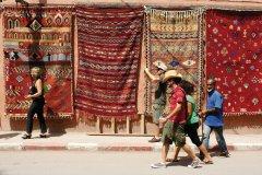 Exposition de tapis dans les rues de Marrakech. (© Sébastien CAILLEUX)