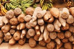 Manioc et bananes plantain au marché d'Accra. (© LindasPhotography - iStockphoto)