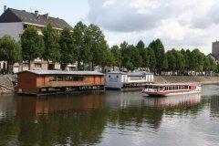Le bateau à passagers, le  Vallis Guidonis , devant les deux bateaux-lavoirs de Laval (© Office de Tourisme du Pays de Laval)