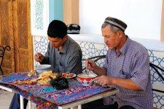 Gardiens de la mosquée Khazret Khizr en pleine pause repas. (© Patrice ALCARAS)