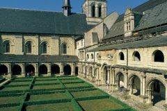 Dans le cloître de l'abbaye de Fontevraud (© MARC JAUNEAUD - ICONOTEC)