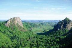 Les roches Tuilière et Sanadoire et la vallée de Gros (© Alamer - Iconotec)