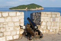Vue sur l'île de Lokrum depuis les chemins de rondes des remparts. (© Lawrence BANAHAN - Author's Image)