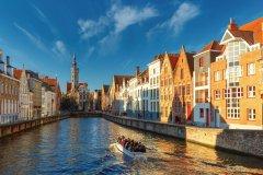 Visite sur les canaux de Bruges. (© KavalenkavaVolha)