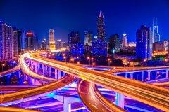 Vue sur la skyline de Shangai de nuit. (© Chungking)
