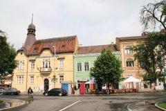 Façades colorées dans le centre-ville de Târgu Mureş. (© Stéphan SZEREMETA)