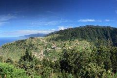 Depuis le point de vue de Lamaceiros, vue sur le village de Ribeira da Janela et la côte nord. (© Ludovic DE SOUSA)