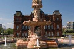 Doulton Fountain. (© BMPix - iStockphoto.com)