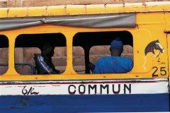 Autobus à l'arrêt à Dakar. (© S.Nicolas - Iconotec)