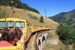 Petit train jaune dans les Pyrénées-Orientales. (© Matteo Scarano - iStockphoto)